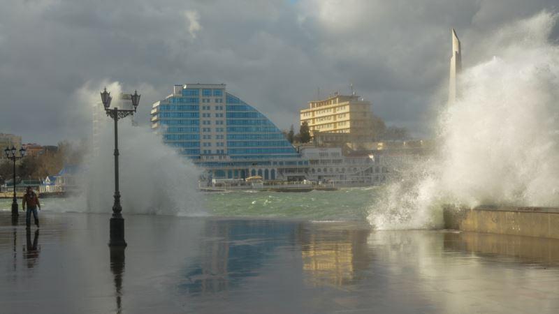 Спасатели Севастополя призывают отдыхающих не купаться в штормящем море