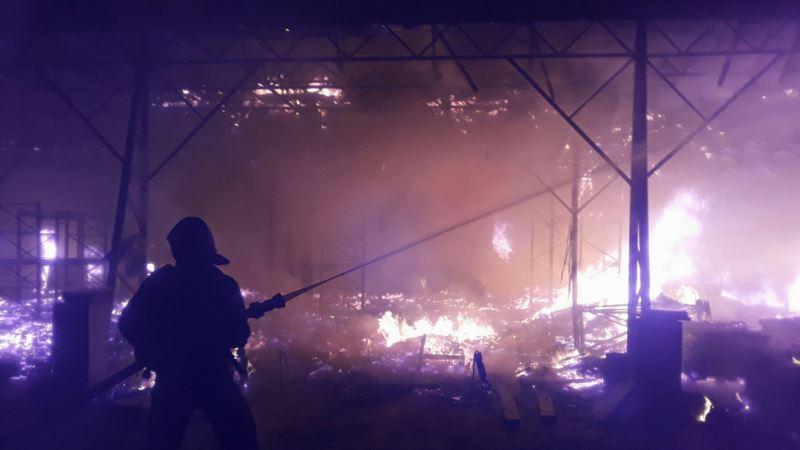 В Севастополе из-за пожара в многоэтажном доме эвакуировали 50 человек и кота