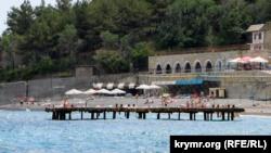 Ялта: на пляже санатория «Курпаты» треснула подпорная стена