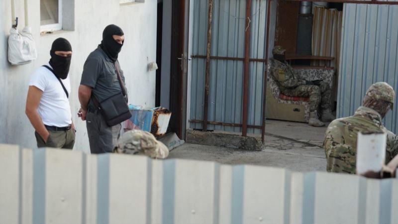 Обыски в Крыму: силовики увезли шесть человек в управление ФСБ