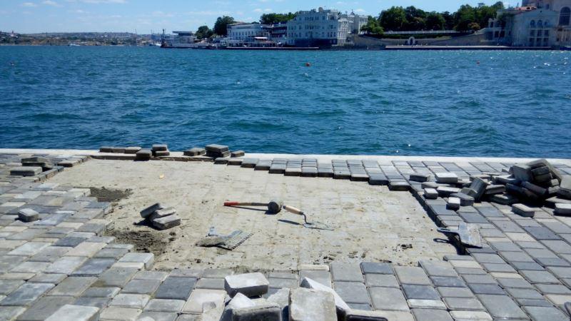 Севастополь: шторм сорвал новую плитку в центре города (+фото)