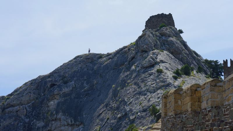 Спасатели эвакуировали «испуганного» туриста с горы у Судакской крепости