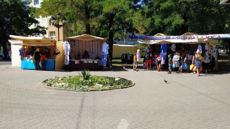 Школьная ярмарка в Симферополе: сколько стоит собрать ребенка в школу (фотогалерея)