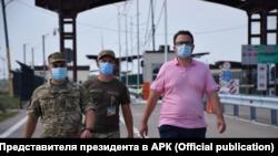 Антон Кориневич (справа) на админгранице между Крымом и Херсонской областью