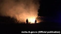 Ночной пожар в Кировском районе: спасатели тушили гектар камыша (+фото)