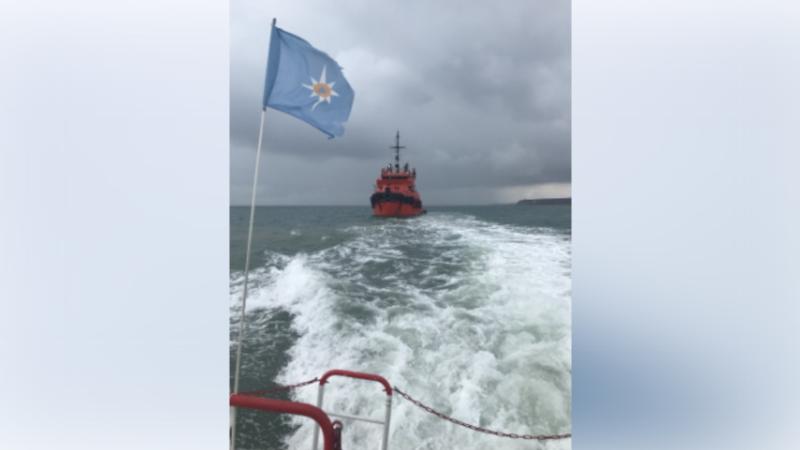 Два человека застряли на сломавшейся яхте в Керченском проливе – спасатели