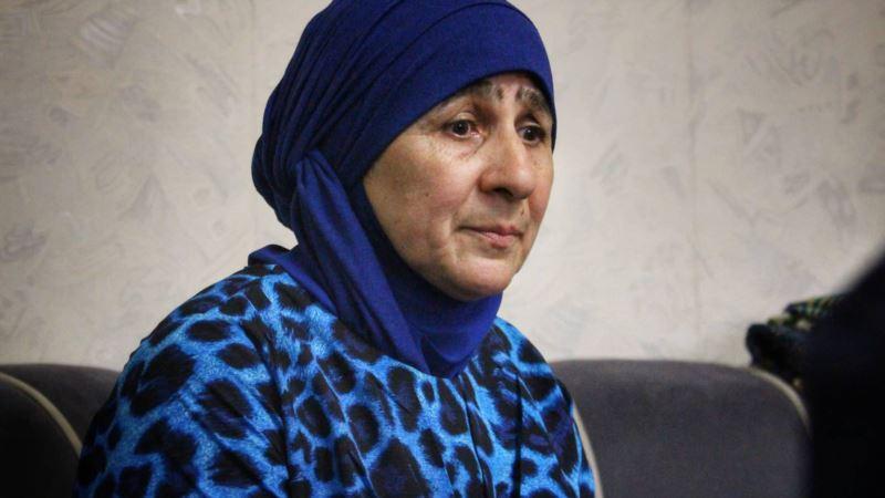 Мать фигуранта «дела Хизб ут-Тахрир» Сервера Мустафаева вышла на одиночный пикет в Бахчисарае (+видео)