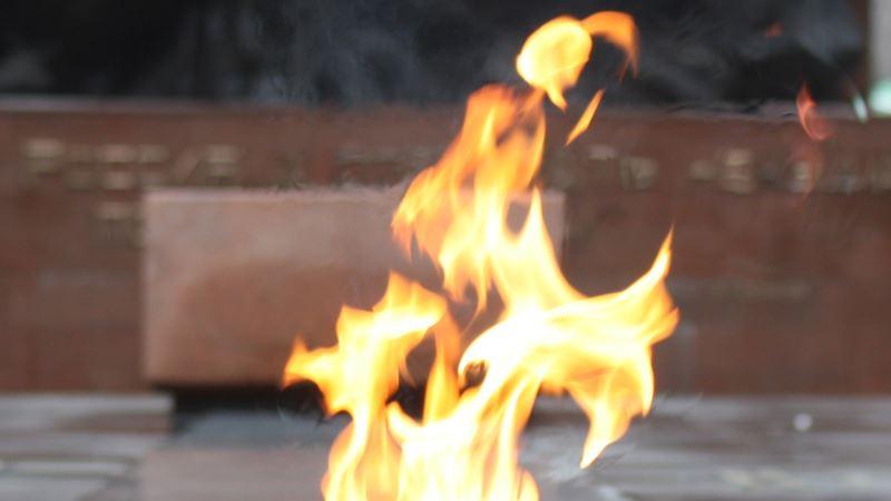В Саках неизвестные на «Вечном огне»  сожгли венок-триколор– власти(+фото)