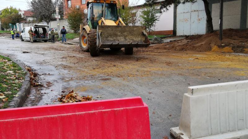 В Симферополе ремонтируют дороги во время дождя (+фото)