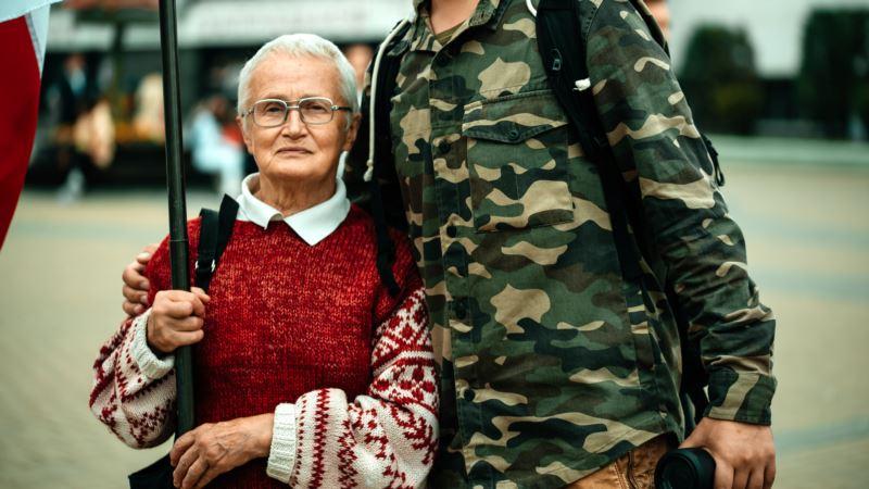 Белорусские силовики ворвались в квартиру 73-летней активистки Нины Багинской
