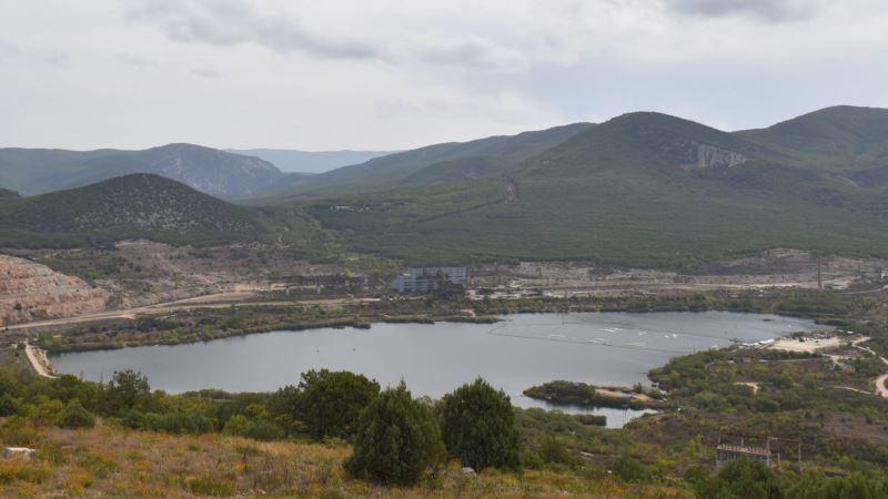 Вода для Севастополя: озеро у горы Гасфорта под контролем байкеров (фотогалерея)