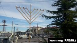 В центре Севастополя установили большую ханукальную менору (+фото)