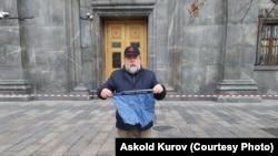 Россия: на режиссера «Свидетелей Путина» Манского составили протокол за пикет с трусами у здания ФСБ