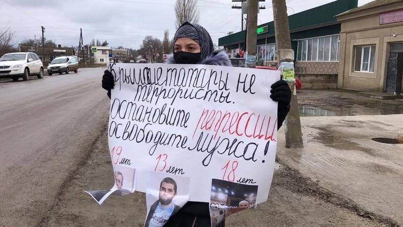 «Остановите репрессии»: супруга фигуранта крымского «дела Хизб ут-Тахрир» вышла на одиночный пикет в Джанкойском районе