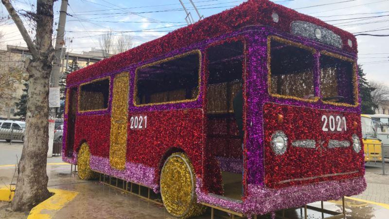 В Симферополе установили «Новогодний троллейбус»