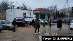 Севастопольцы в горбольнице стоят на улице в очередях в рентгенкабинет, аптеку и коронавирусный госпиталь (+фото)