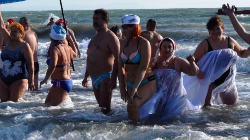 В Евпатории прошел «рождественский заплыв» в море (+видео)