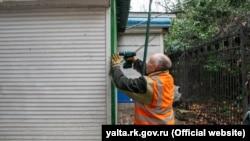 В Ялте начали сносить «незаконные» киоски – власти (+фото)