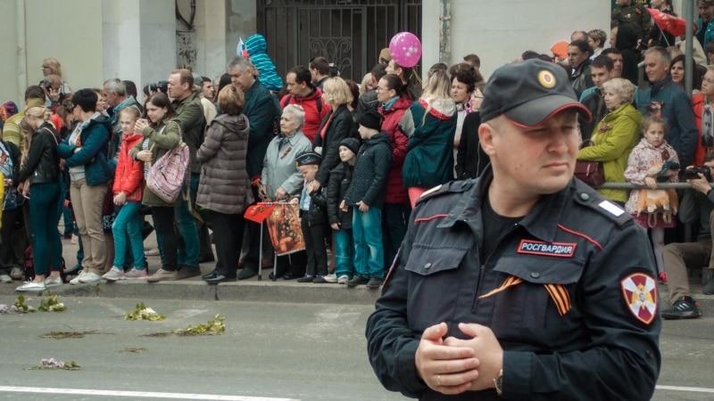 Севастополь: военные прогоняли активистов во время возложения цветов к «Вечному огню» (+видео)