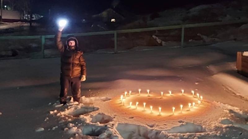 Россия: сторонники Навального проводят флешмобы с фонариками