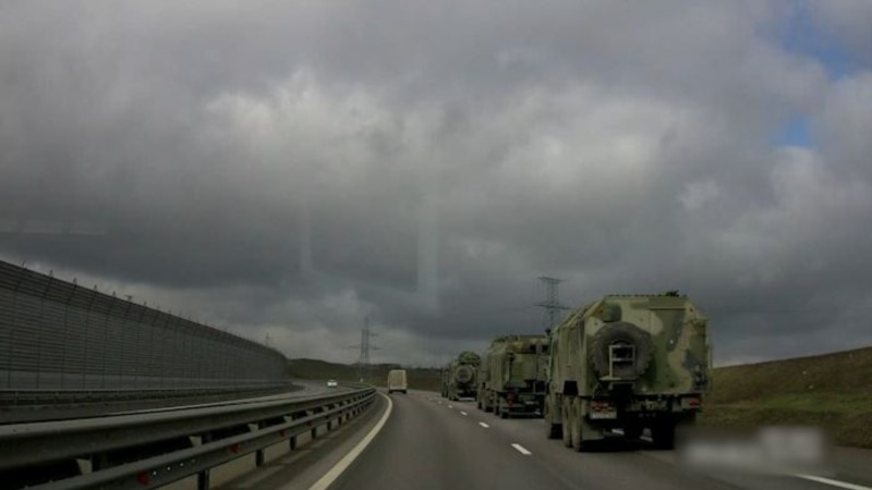 В Крыму сообщают о переброске колонн российской военной техники (+видео)