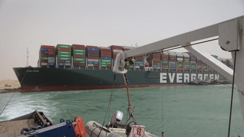 Суэцкий канал: вернуть контейнеровоз в фарватер пока не удается
