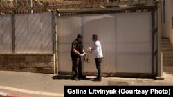 Под российским посольством в Израиле раздали печенье с надписью: «Россия украла Крым» (+фото)