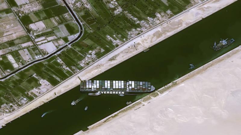 В Суэцком канале сняли с мели судно, которое почти неделю блокировало движение