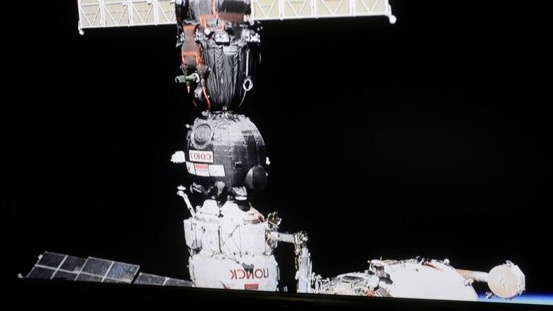 На МКС продолжило падать давление после заделки трещин