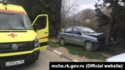 Судак: автомобиль с тремя детьми врезался в дерево, водителя госпитализировали – спасатели