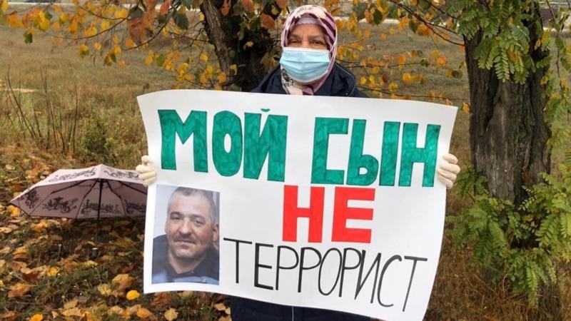 Матерей фигурантов «дела Хизб ут-Тахрир» вызвали к участковому за одиночные пикеты в Крыму – общественники