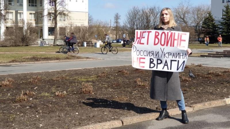 В Пскове учительница вышла на пикет с плакатом «Нет войне, Россия и Украина не враги»